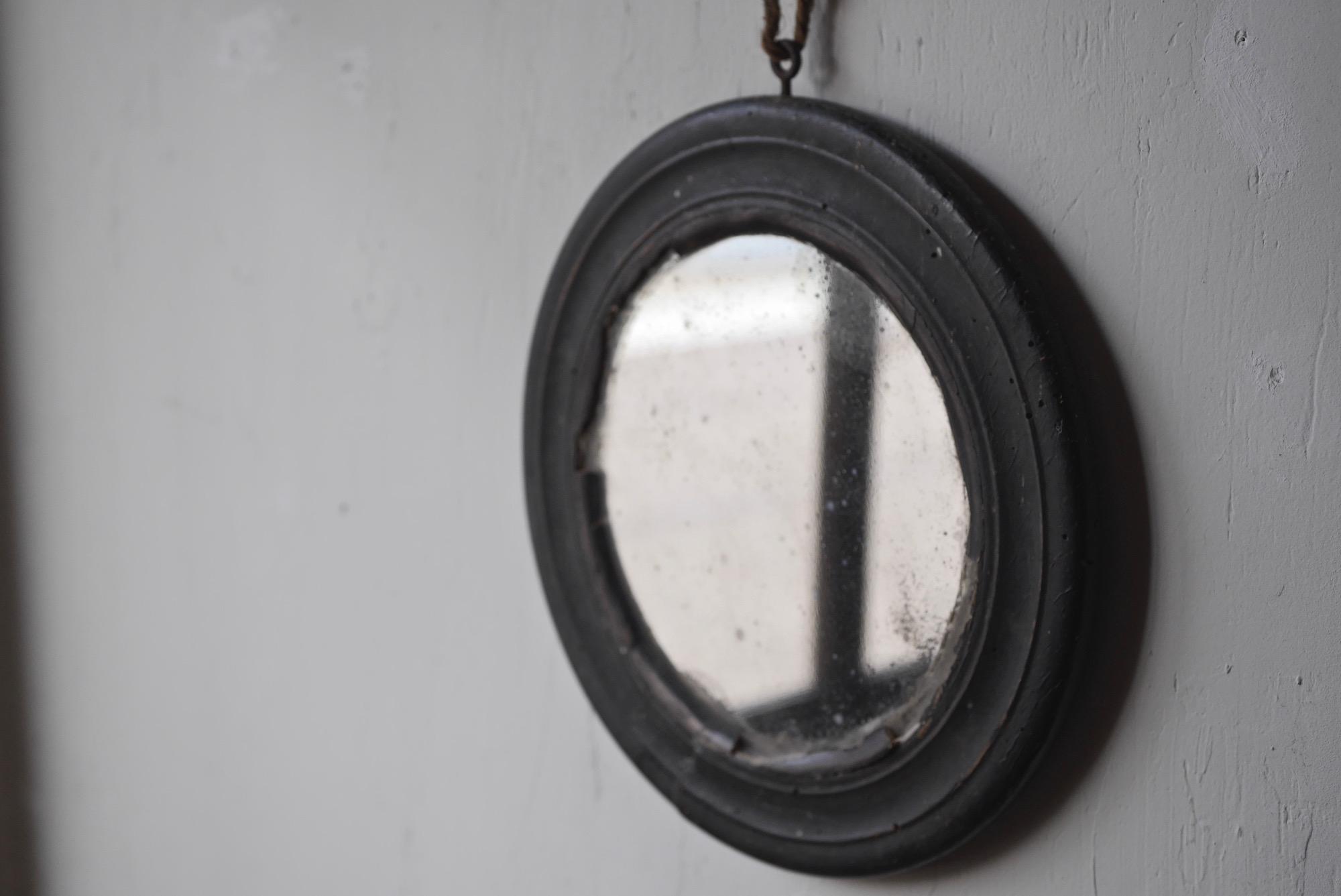 round mirror b